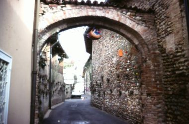 Arco vicino a cortile Locatelli Boltiere