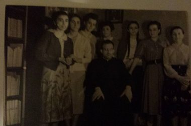 Catechiste e don Piero nel 1940