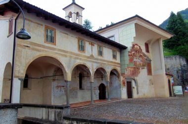 Clusone Bergamo Di fronte alla basilica