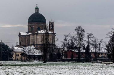 La chiesa di Calcio in inverno