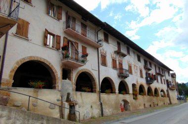 AVERARA Bg Nel centro abitato spicca la via porticata, un tempo utilizzata per i commerci, in ottimo stato di conservazione, con stemmi e dipinti risalenti al XV ed al XVI secolo