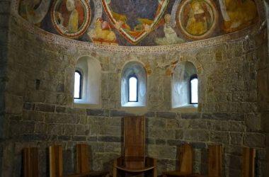 Abside con coro, tre monofore e Cristo Pantocratore Abbazia di Fontanella bergamo