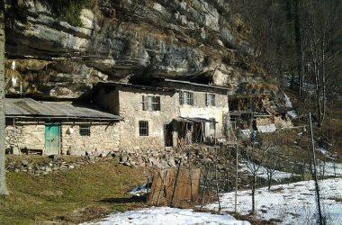 Case nella roccia a Lenna