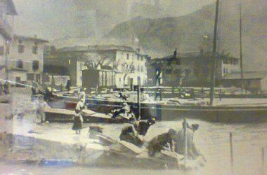 Castro 1915 sul porto si vede un carro ferroviario e dei barconi attraccati