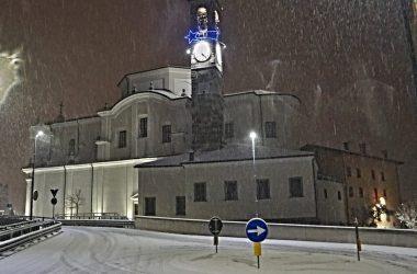 Chiesa di Cene con la neve