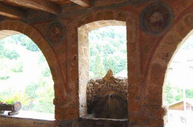 Fontana nel portico di Averara