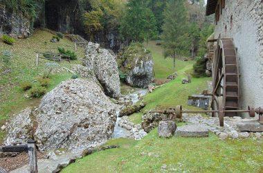 Foto Castione della Presolana lungo la valle dei mulini