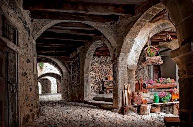 I sontuosi portici della Via Mercatorum - Cornello dei Tasso