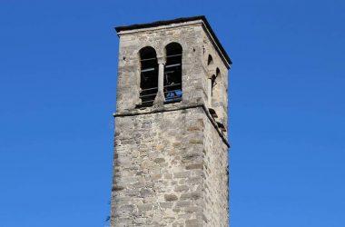 Il campanile in stile romanico della chiesa di Cornello