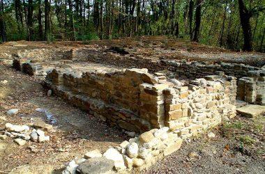 Le fondamenta di una chiesetta risalenti all'VIII secolo, tra le più antiche in europa, in località san Tomè del Bedesco in Carvico.