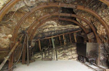 NEMBRO - Museo della Miniera e dell'Emigrazione Posizionate le centine all'interno della miniera
