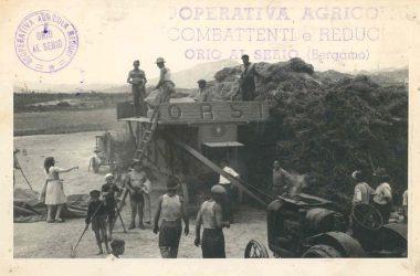 Orio al Serio, 1947 contadini di Orio al lavoro con la trebbiatrice