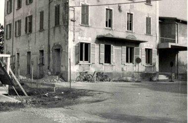 Orio al Serio 1960, l'edificio del municipio e scuole, oggi sede dell'ufficio postale, in restauro