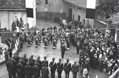 Orio al Serio 1961 manifestazione di fronte al monumento ai Caduti