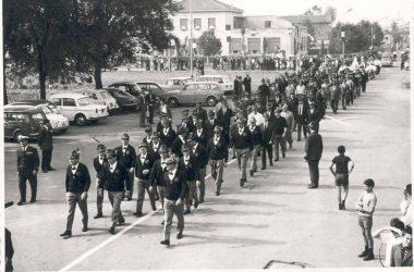 Orio al Serio 1962 manifestazione lungo le vie del paese di un raduno alpino