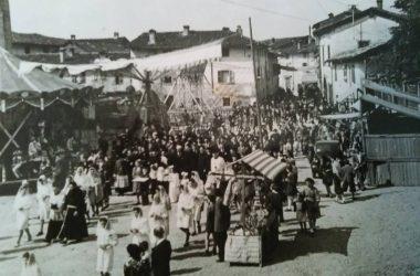 Osio Sotto bancareelle in piazza per la festa di san donato anni 40