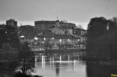 Paese di Sarnico in bianco e nero