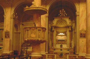 Parrocchia di San Giuliano in Albino, venne ampliata nel 1853 secondo uno schema a croce greca in stile neoclassico