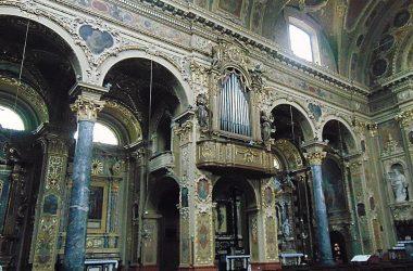 Vertova -Bergamo -Chiesa parrocchiale di santa Maria Assunta -L'interno è in stile barocco, con numerose decorazioni in stucco dorato.